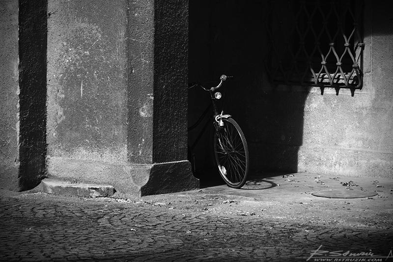 Zamek Moszna. Jakbyście szukali roweru... charakterem wpasował się doskonale. Do tego jeszcze muzyka... nie wiadomo skąd i nie wiadomo dla kogo. Choć w sumie przecież z okna na poddaszu i dla nas... zasłuchanych.